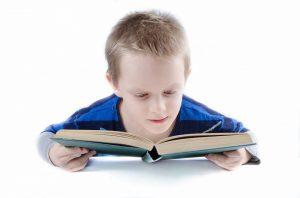 Dieťa čítajúce knihu