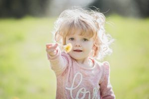 Dieťa s púpavou