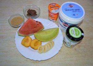 ingrediencie na nanuky alebo zmrzlinu ovocie so smotanou jogurtom cukrom a čokoládou