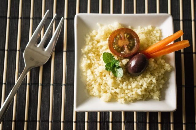<p> kuskus ozdobený zeleninou, mrkvou, paradajlou a olivou </p>