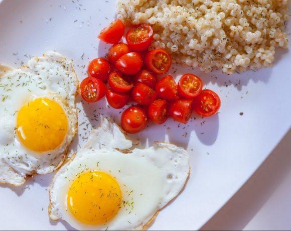 kuskus s paradajkami a volskými okami servírovaný na bielom tanieri