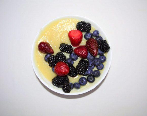 polenta v miske fotená z hora - ozdobená ovocím