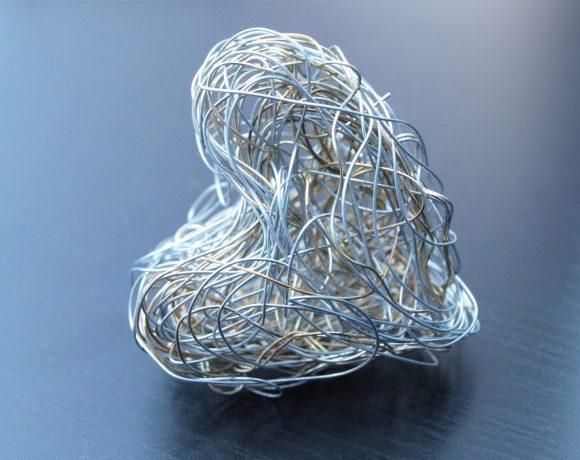 zinok a srdce vytvorené zo zinkového drôtiku