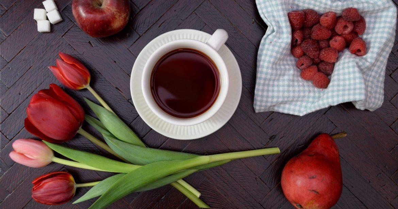 pečený čaj na stole ozdobený ovocím a tulipánmi