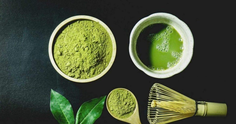 obrátok matcha čaju v rôznych podobách, uvarený ale aj ako prášok v mištičkách