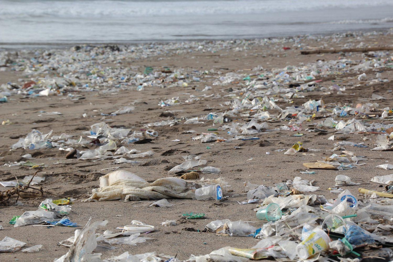 Obľúbené pláže zamorené plastom