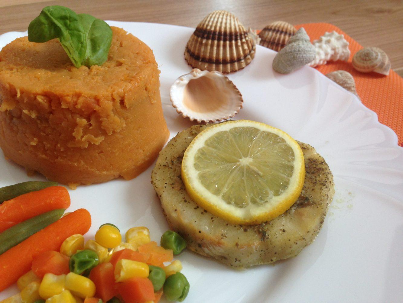 Ryba so zeleninkou a kašou zo sladkých zemiakov