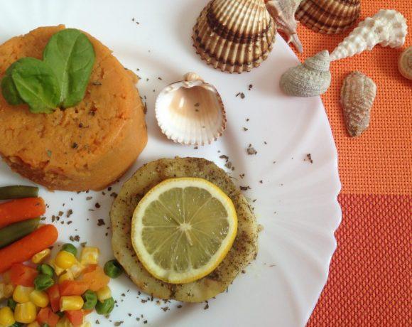 Rybka pripravená na pare podávaná so zeleninou a batátovou kašou