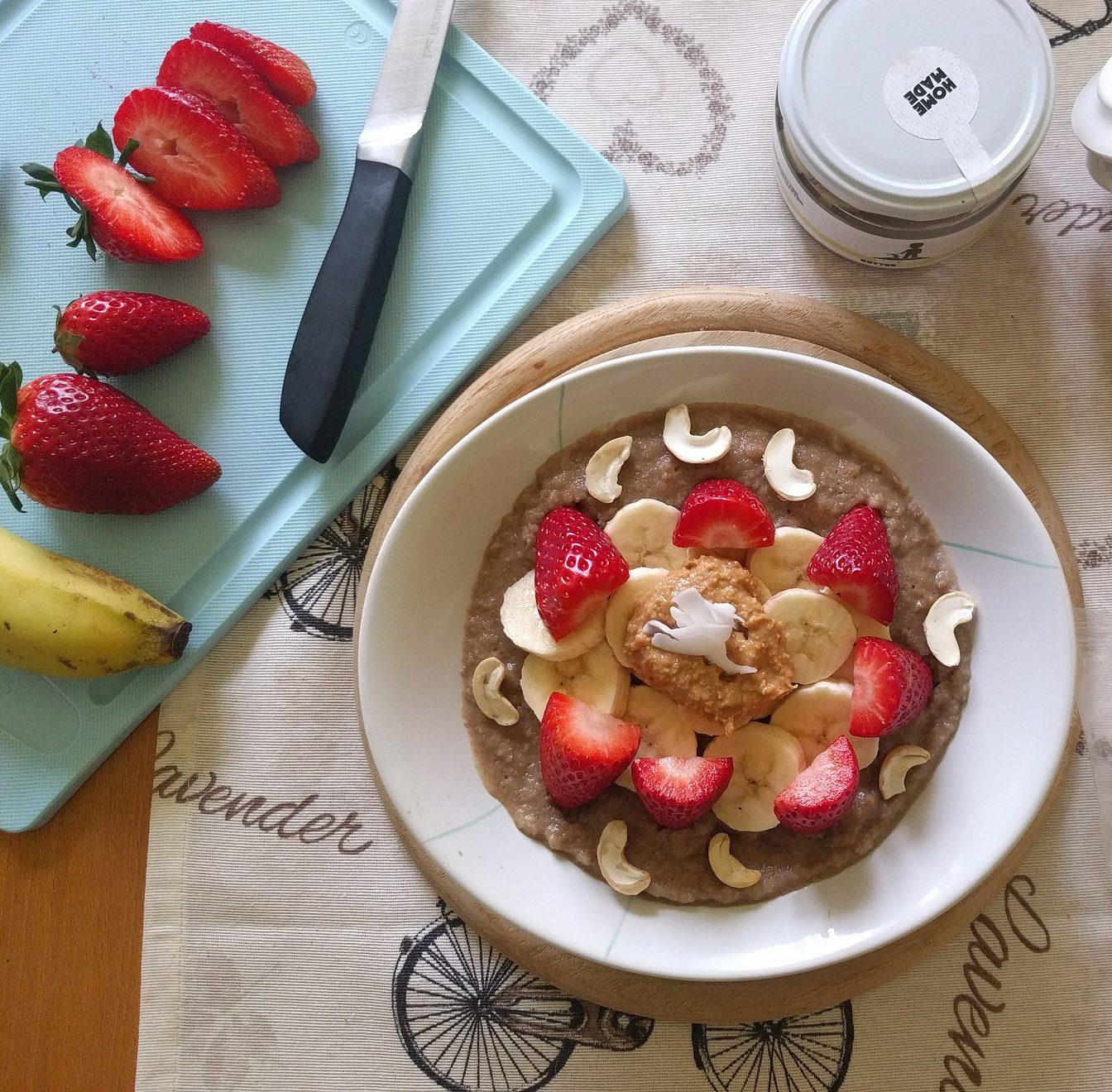 Pohánkové vločky vo forme raňajkovej kaše naladia tvoj deň na správnu nôtu