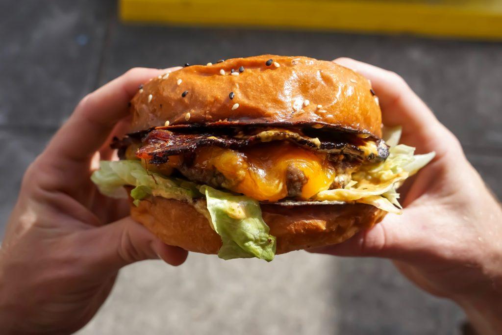 Mastné a korenisté jedlá spôsobujú pálenie záhy