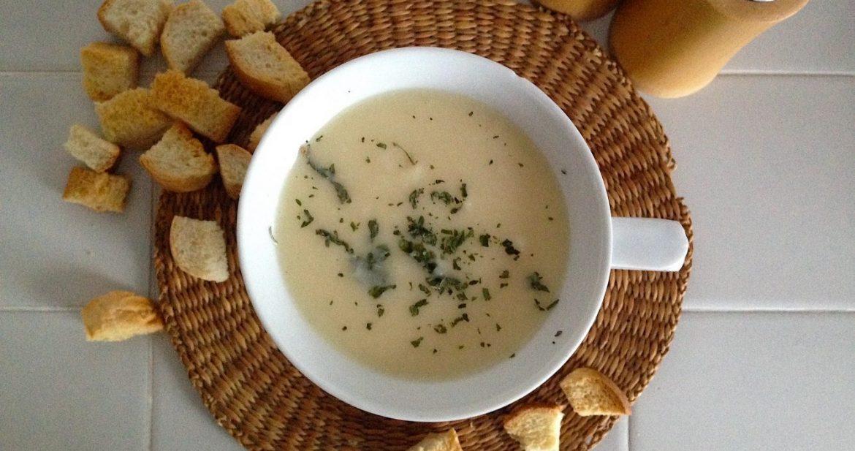 Zelerová polievka so zemiakmi a opekaným chlebíkom
