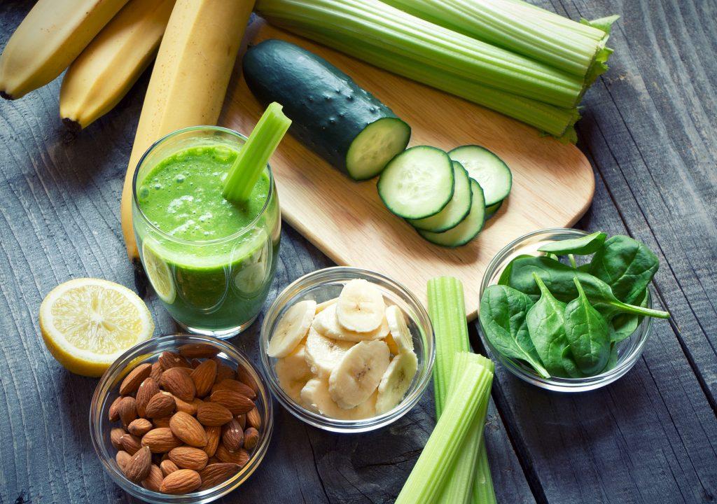 Zelený nápoj z listovej zeleniny a ovocia