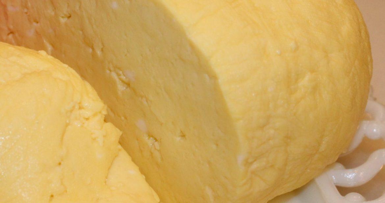 Veľkonočná hrudka Zdroj: https://kitchenencounters.typepad.com/blog/2013/03/-traditional-eastern-orthodox-easter-egg-cheese-.html